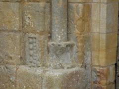Eglise Saint-Pantaléon - Pied de la colonne à gauche du portail de l'église Saint-Pantaléon de Sergeac, Dordogne, France.