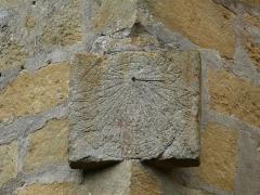 Eglise Saint-Pantaléon - Cadran solaire dans l'angle sud-est de l'église Saint-Pantaléon de Sergeac, Dordogne, France.