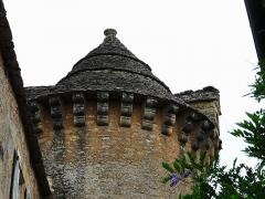 Manoir - Français:   Côté sud-est, la tour du château de Cramirat, Sergeac, Dordogne, France. Les corbeaux soutiennent un toit en lauzes.