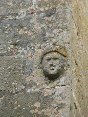 Manoir - Français:   Tête sculptée sur le pignon sud-est du château de Cramirat, Sergeac, Dordogne, France.