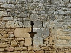 Manoir - Français:   Côté nord, ancienne meurtrière murée du château de Cramirat, Sergeac, Dordogne, France.