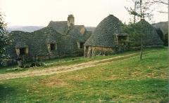 Maison d'habitation et cabanes en pierre sèche du Breuil - English: Cabanes du Breuil en 1985