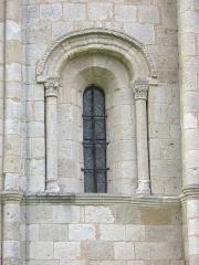 Eglise Saint-Pierre - Français:   Une baie de l'abside, 12e s. CMH 1915.