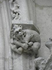 Cathédrale Saint-André - Transept sud de la cathédrale métropolitaine Saint-André de Bordeaux (33). Détail. Cul de lampe à droite du portail.