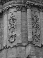 Eglise Saint-Dominique ou Notre-Dame - Français:   Eglise Notre Dame avec les portraits du Pape Albertus et du Pape Pius.