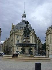 Hôtel de la Bourse - Français:   Place de la Bourse à Bordeaux. La Fontaine entre l\'Hôtel des Douanes PA00083193 et l\'Hôtel de la Bourse PA00083191