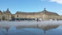 Hôtel de la Bourse - Français:   Place de la Bourse à Bordeaux reflétée dans le plus grand miroir d\'eau du monde. Successivement appelée place Royale, place de la Liberté pendant la Révolution, place impériale sous Napoléon Ier, puis à nouveau place Royale à la Restauration. En 1848, à la chute de Louis-Philippe Ier, elle devient place de la Bourse