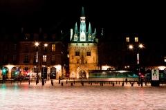 Porte du Palais (ou Porte Cailhau) - La porte Cailhau à Bordeaux, vue des quais. Devant, le tram défile et s'éfface, silencieux, dans un profond respect des siècles qui les séparent.