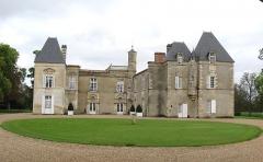 Château d'Issan - Français:   A l\'intérieur de l\'enceinte, le château. ISMH 1970