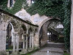 Ancien couvent des Cordeliers - English:   Saint-Émilion, heart of the Bordeaux wine region, France. Cloître des cordeliers. (Cloister, XIVth century)