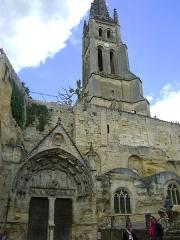 Eglise souterraine monolithe (ancienne église paroissiale Saint-Emilion) - Français:   Église monolithe de Saint-Émilion, Gironde. Le Clocher et le portail d\'entrée.