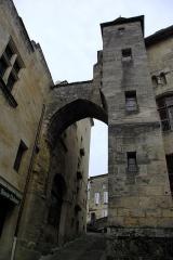 Porte, dite de la Cadène, et maison à pans de bois attenante - English: