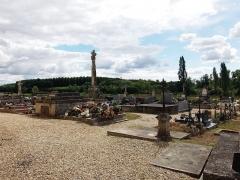 Croix de cimetière - Français:   Croix de cimetière de Saint-Germain-de-la-Rivière (Gironde, France), datant du XVIe siècle. En pierre, et haute de 4,30 mètres, elle repose sur un socle de forme cubique et est flanquée de quatre pilastres carrés à clochetons.