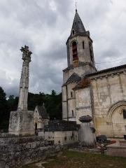 Croix de cimetière - Croix de cimetière de Saint-Germain-de-la-Rivière (Gironde, France), datant du XVIe siècle. En pierre, et haute de 4,30 mètres, elle repose sur un socle de forme cubique et est flanquée de quatre pilastres carrés à clochetons.