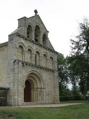 Eglise Notre-Dame de Benon - Français:   Façade ouest,  de style roman. Porte en plein cintre à archivoltes, au dessus rangée de cinq arcatures aveugles et clocher à peigne à trois baies. CMH 1972