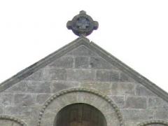 Eglise Notre-Dame de Benon - Français:   Chapelle d'une  commanderie de templiers établie dans la seconde moitié du 12e s et dédiée à Notre-Dame. CMH 1972, cropped, croix à couronne sur le toit