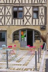 Maison du 15e siècle - Français:   Terrasse de café situé dans une maison à colombages du XVe siècle, rue Carnot, Saint-Macaire, Gironde, France.