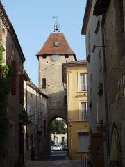 Enceinte fortifiée de la Ville - Français:   Porte de Benauge, enceinte de Saint-Macaire, vue de la rue de l\'église