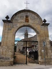Cimetière - Français:   Porche d\'entrée du cimetière à Saint-Romain-la-Virvée (Gironde, France), datant de la fin du XVIIe siècle.