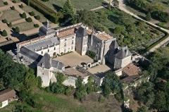 Château de Vayres - Français:   Son existence est attestée au 11ème siècle. Initialement résidence des évêques de Bordeaux, il subit de nombreux remaniements. Actuellement, siège d\'une importante activité hôtelière et touristique.