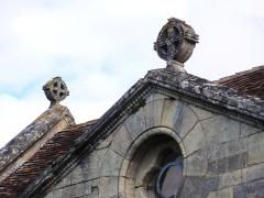 Eglise Saint-Vincent - English: Villeneuve (Gironde) église, des croix à couronne sur le toit