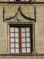 Maison dite de l'Astronome - Français:   Maison de l\'Astronome, commune de Bazas (33). Détail. Fenêtre.