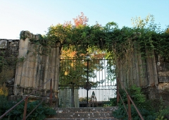 Tour des Augustins - Français:   Photo d\'un ancien portail d\'église ruiné. Il ne reste que les piédroits et l\'escalier qui menait à la porte. Les portes sont remplacées par des grilles et des plantes envahissent les ruines.