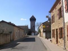 Eglise Saint-Martin - Français:   Rue centrale d\'Hontanx (Landes) et la tour clocher de l\'église paroissiale Saint-Martin