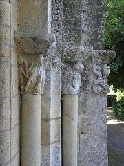 Eglise Saint-Sardos de Laurunque - Français:   Église Saint-Sardos de Laurenque, commune de Gavaudun (47). Chapiteaux de l\'ébrasement droit du portail occidental.