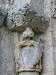 Eglise Saint-Sardos de Laurunque - Français:   Église Saint-Sardos de Laurenque, commune de Gavaudun (47). Chapiteau de l\'ébrasement gauche du portail occidental.