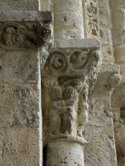 Eglise Saint-Martin - Façade occidentale de l'église Saint-Martin de Layrac (47). Détail sculpté. Visitation.