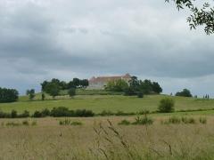Château de Théobon (ensemble) - Français:   Château de Théobon, village de Loubès-Bernac, département du Lot-et-Garonne - Sur la butte