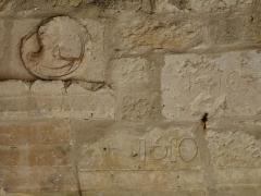 Eglise Notre-Dame - Français:   Bas-relief et date (1610) au-dessus du portail de l\'église Notre-Dame, Montagnac-sur-Auvignon, Lot-et-Garonne, France.