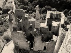 Château de Bonaguil - Français:   vue du sommet du donjon, on apprécie l\'altitude de l\'édifice
