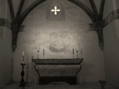 Château de Bonaguil - Français:   Chapelle du château de Bonaguil (Lot-et-Garonne, France): peintures découvertes lors d\'une restauration en 2012. Il s\'agirait de saint Sébastien, souvent invoqué pour protéger de la peste, à gauche, de l\'archange Michel au centre, et d\'un personnage crucifié à droite proche d\'un village (il est peu probable qu\'il s\'agisse du Christ qui aurait été placé au centre).