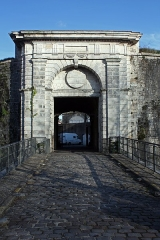 Fortifications - English:  The door of Spain is integrated into a redoubt housing a guardroom