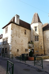 Maison dite de Jeanne d'Albret - This building is indexed in the Base Mérimée, a database of architectural heritage maintained by the French Ministry of Culture,under the reference PA00084476 .