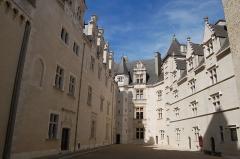 Domaine national du château de Pau ou château Henri IV - This building is classé au titre des Monuments Historiques. It is indexed in the Base Mérimée, a database of architectural heritage maintained by the French Ministry of Culture,under the reference PA00084483 .