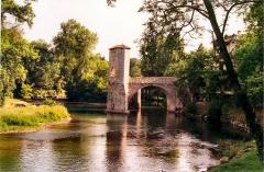 Vestiges d'un ancien pont - Français:   Pont de la Légende (Classé)