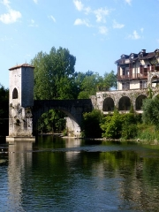 Vestiges d'un ancien pont - This building is indexed in the Base Mérimée, a database of architectural heritage maintained by the French Ministry of Culture,under the reference PA00084528 .