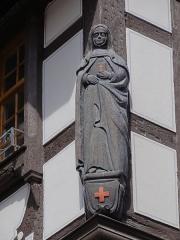 Maison -  Alsace, Bas-Rhin, Andlau, Ancien hôtel d'Andlau (1573-1647), 17 rue du Docteur-Stoltz (PA00084590, IA00115016): Statue d'abbesse (XIXe).
