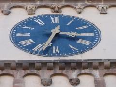 Eglise protestante -  Alsace, Bas-Rhin, Barr, Église protestante Saint-Martin (XIIe-XIXe), rue de l'Église (PA00084598, IA00115060).  Horloge de l'édifice et reliefs romans.
