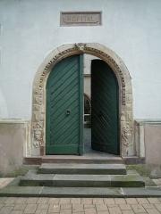 Hôpital - Français:   Porte menant sur la cour de l\'ancien hôpital de Benfeld.