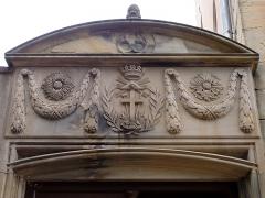 Couvent de Bischenberg (église catholique Notre-Dame) -  Alsace, Bas-Rhin, Bischoffsheim, Couvent de Bischenberg (PA00084622, IA00075456).  Portail d'entrée (1850): Symbole de la Congrégation du Très Saint Rédempteur.