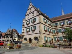 Hôtel de ville - Français:   Alsace, Bas-Rhin, Bœrsch, Hôtel de Ville (XVIe-XVIIe), 1 place de l\'Hôtel de Ville (PA00084631, IA00075463).   Puits aux six seaux (1617): (PA00084634, IM67001437).