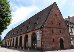 Ancienne chapelle castrale Saint-Georges et halle aux blés - Français:   Alsace, Bas-Rhin, Bouxwiller, Ancienne halle aux blés (XVe-XVIe), aujourd\'hui Musée du Pays de Hanau, 3 place du Château (PA00084643, IA67009579).