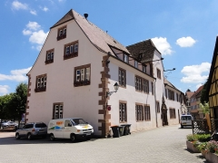 Hôtel de ville - Français:   Alsace, Bas-Rhin, Bouxwiller, Ancienne Chancellerie du Comté de Hanau-Lichtenberg (XVIIe),   Hôtel de ville, 1 place du Château (PA00084646, IA67009584).