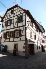 Maison - Français:   Alsace, Bas-Rhin, Bouxwiller, Maison de receveur, dite Kaufhaus et Waaghaus (1636), 26 place du Marché-aux-Grains (PA00084654, IA67009661).  Façade rue des Seigneurs.