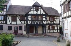 Maison - Français:   Alsace, Bas-Rhin, Bouxwiller, Maison de receveur, dite Kaufhaus et Waaghaus (1636), 26 place du Marché-aux-Grains (PA00084654, IA67009661).  Façade place du Marché-aux-Grains.