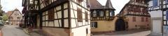 Maison - Français:   Alsace, Bas-Rhin, Bouxwiller, Maison (1661), 23 place du Marché-aux-Grains (IA67009658).  Maison de receveur, dite Kaufhaus et Waaghaus (1636), 26 place du Marché-aux-Grains (PA00084654, IA67009661).    Hôtel des Gayling (1604), 3-5 rue des Seigneurs (IA67009678).